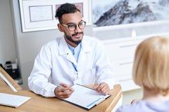El doctor de Oriente Medio Consulting Patient imagen de archivo libre de regalías