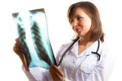 El doctor de sexo femenino analiza imagen de la radiografía de los pulmones Foto de archivo libre de regalías