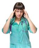 El doctor de sexo femenino cansó con dolor de cabeza aislado en blanco Foto de archivo
