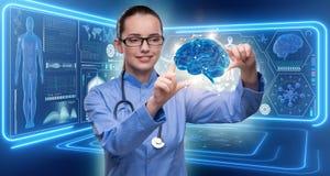 El doctor de sexo femenino con el cerebro en concepto médico fotos de archivo libres de regalías