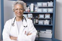El doctor de sexo femenino confiado With Hands Folded en clínica Imagen de archivo libre de regalías