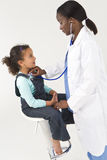 El doctor de sexo femenino Examining Girl del afroamericano Foto de archivo