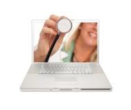 El doctor de sexo femenino Holding Stethoscope a través de la pantalla Imagen de archivo libre de regalías