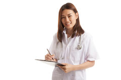 El doctor de sexo femenino joven asiático escribe en un tablero Imágenes de archivo libres de regalías