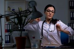 El doctor de sexo femenino joven que trabaja en el turno de noche fotografía de archivo libre de regalías