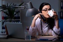El doctor de sexo femenino joven que trabaja en el turno de noche foto de archivo libre de regalías