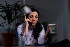 El doctor de sexo femenino joven que trabaja en el turno de noche imagenes de archivo