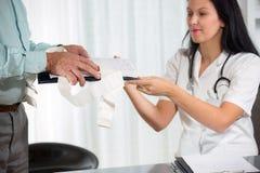 El doctor de sexo femenino With Male Patient Imagen de archivo libre de regalías