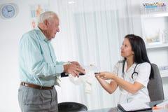 El doctor de sexo femenino With Male Patient Imagen de archivo