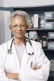 El doctor de sexo femenino mayor With Arms Crossed en clínica Imágenes de archivo libres de regalías
