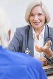 El doctor de sexo femenino mayor With Male Patient Imagen de archivo