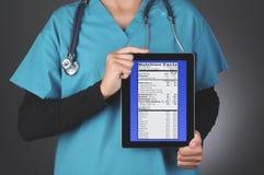 El doctor de sexo femenino Nutrition Label Fotos de archivo