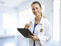 El doctor de sexo femenino At The Hospital. Fotografía de archivo libre de regalías