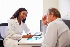 El doctor de sexo femenino Treating Patient Suffering con la depresión fotografía de archivo libre de regalías