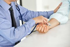 El doctor de sexo masculino asiático está midiendo la presión arterial Imagen de archivo