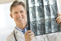 El doctor de sexo masculino confiado With X-Ray Image Imágenes de archivo libres de regalías