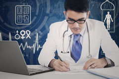 El doctor de sexo masculino hace receta médica Fotos de archivo