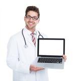 El doctor de sexo masculino joven sonriente Displaying Laptop imagen de archivo libre de regalías