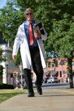El doctor de sexo masculino mayor hermoso Smiling Walking fotografía de archivo libre de regalías