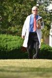 El doctor de sexo masculino mayor hermoso Smiling Walking fotos de archivo libres de regalías