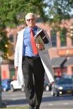 El doctor de sexo masculino mayor hermoso sonriente Walking imagenes de archivo
