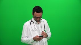 El doctor de sexo masculino Using Mobile Phone almacen de video