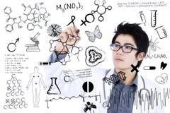 El doctor de sexo masculino Writing Formula Foto de archivo