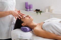 El doctor del cosmetólogo de la mujer hace el masaje principal en centro de la salud del balneario Imágenes de archivo libres de regalías