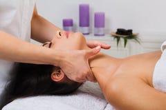 El doctor del cosmetólogo de la mujer hace masaje del cuello en centro de la salud del balneario Imagenes de archivo