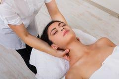 El doctor del cosmetólogo de la mujer hace masaje del cuello en centro de la salud del balneario Fotografía de archivo libre de regalías