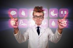 El doctor del hombre que presiona los botones con los diversos iconos médicos Imágenes de archivo libres de regalías