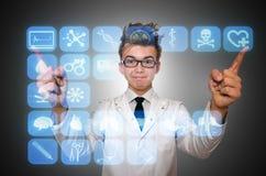 El doctor del hombre que presiona los botones con los diversos iconos médicos Imagen de archivo libre de regalías