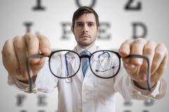 El doctor del oculista está dando los vidrios a un paciente Concepto de la prueba de la vista del ojo foto de archivo libre de regalías