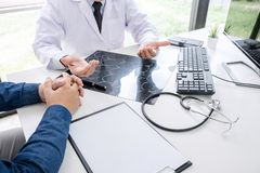 El doctor del profesor recomienda informe un método con el tratamiento paciente, resultados encendido examina una película de rad imagen de archivo libre de regalías