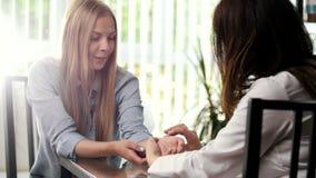 El doctor diagnostica a una chica joven del pulso almacen de video
