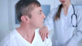 El doctor dice las malas noticias al paciente metrajes