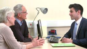 El doctor Discussing Test Results con los pares mayores almacen de video