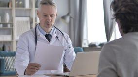 El doctor Discussing Treatment con el paciente y Perscription del donante almacen de metraje de vídeo