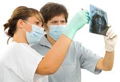 El doctor dos examina el Rx dental Foto de archivo libre de regalías