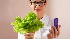 El doctor elige entre una ensalada o píldoras Concepto natural de la salud metrajes