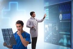 El doctor en el concepto de la telemedicina que mira imagen de la radiograf?a fotografía de archivo libre de regalías