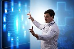 El doctor en el concepto de la telemedicina que mira la pantalla imágenes de archivo libres de regalías