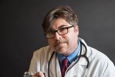 El doctor en cuestión Listening Imagen de archivo libre de regalías