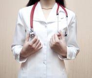 El doctor en una bata blanca Fotos de archivo libres de regalías