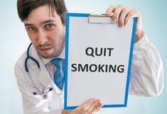 El doctor está dando consejo para abandonar el fumar Visión desde la tapa fotos de archivo