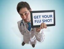 El doctor está dando consejo para conseguir su vacuna contra la gripe Visión desde la tapa fotos de archivo libres de regalías