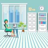 El doctor está en la tabla en la oficina La oficina está en la clínica con muebles y una ventana Paisaje de la ciudad fuera del v Imagen de archivo