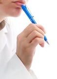 El doctor está escribiendo. Foto de archivo