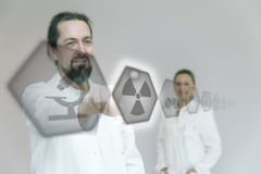 El doctor está utilizando iconos interactivos Foto de archivo