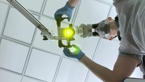 El doctor está utilizando el microscopio dental durante su trabajo almacen de video